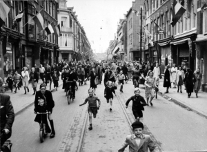 Picture of Dutch citizens celebrating freedom after WW2, borrowed from http://www.piqueshow.com/bevrijdingsdag/